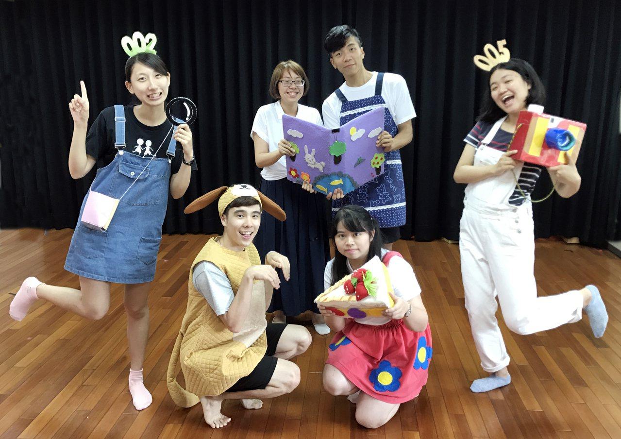 清華大學幼教系《親愛的》幼兒劇,由兩位時空偵探「002」、「005」帶領小朋友認...