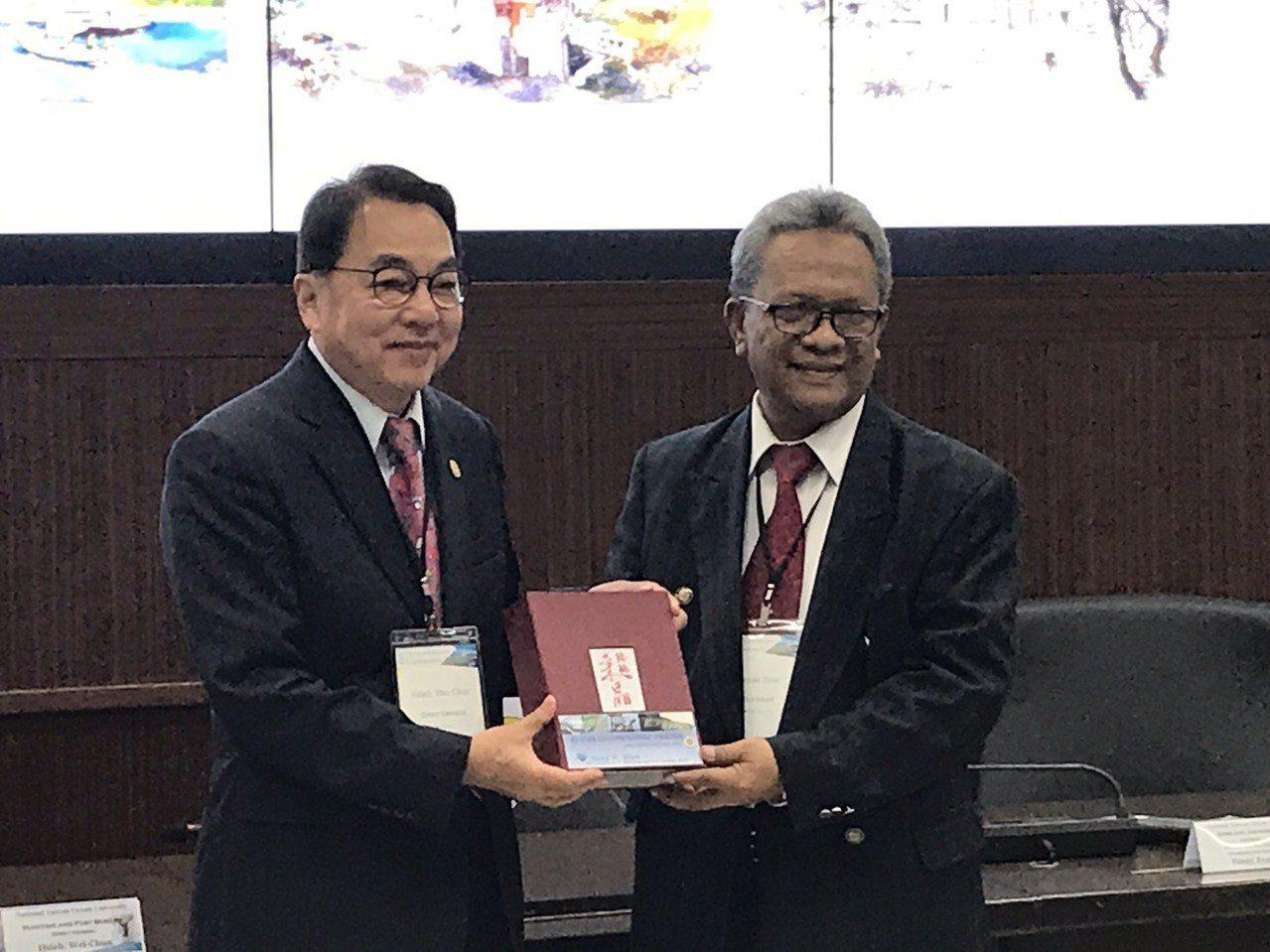 航港局局長謝謂君(左)與印尼Sriwijaya大學聯合運輸卓越中心副主任Basr...