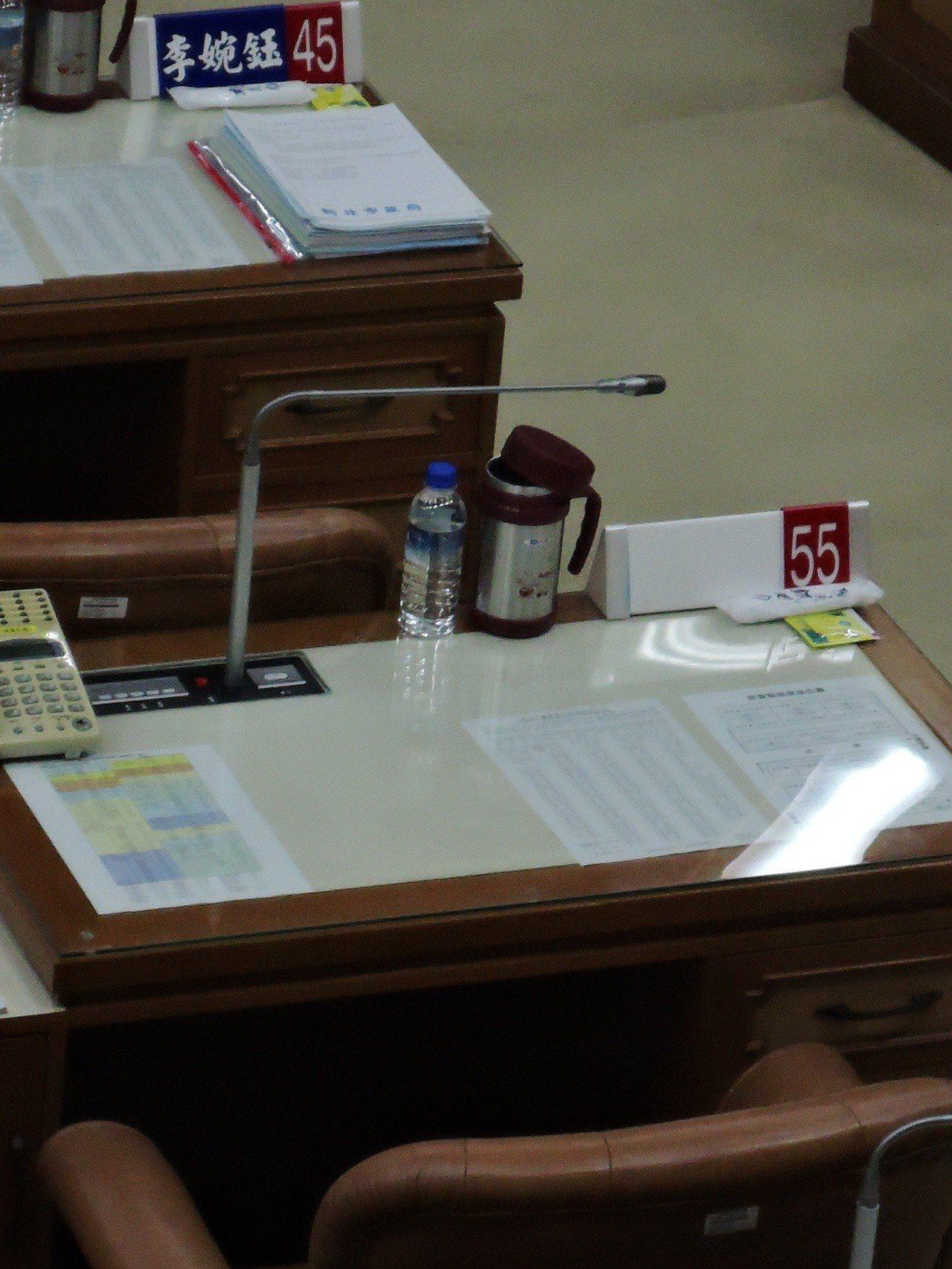 前新北市議員蘇有仁因遭判刑入獄,由「落選頭」王明麗明天將遞補上任,議會人員今天上...
