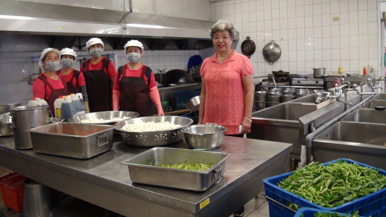 陳明環(右一)退休後還是每天到學校廚房幫忙。記者謝恩得/攝影