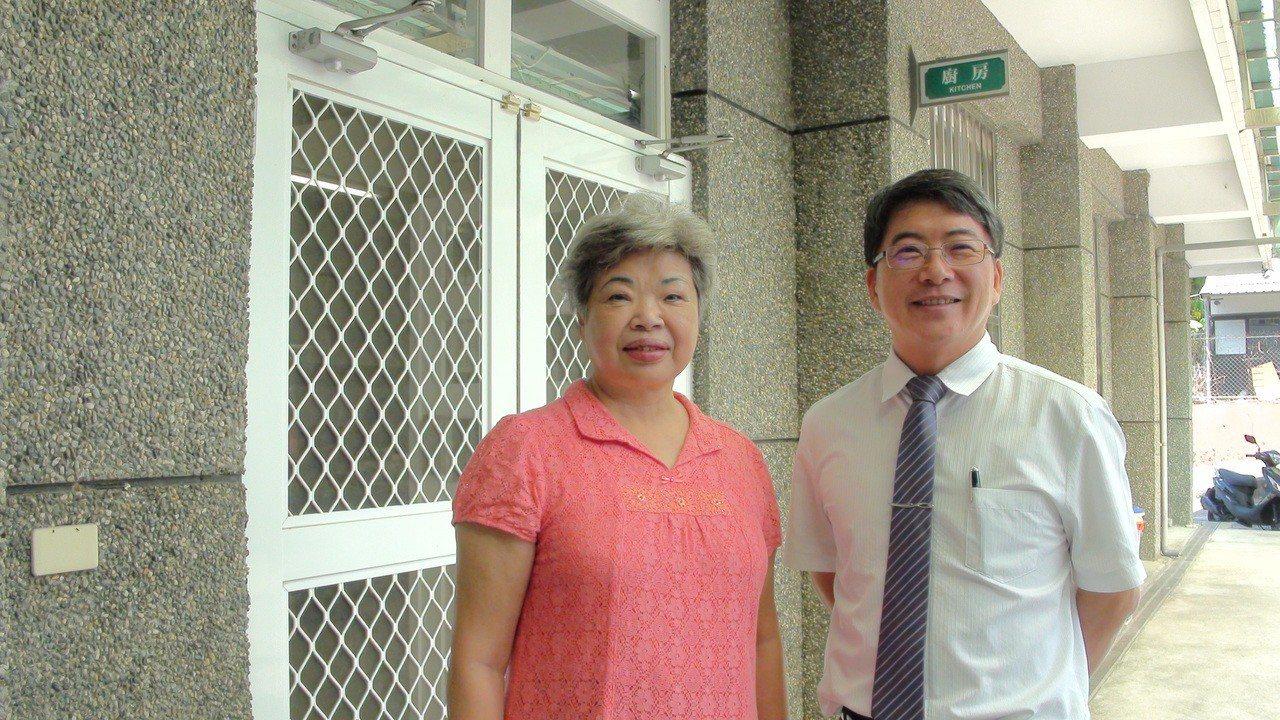 校長郭春松(右)很感謝陳明環(左)協助學校的午餐工作。記者謝恩得/攝影