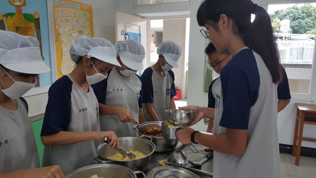 竹崎高中辦的營養午餐獲得各方肯定。記者謝恩得/翻攝