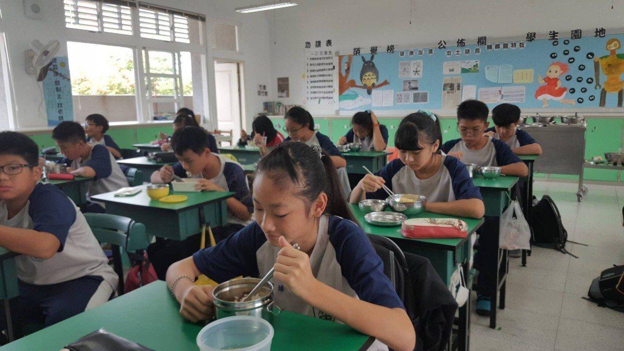午餐是許多學生期待的時刻。記者謝恩得/翻攝