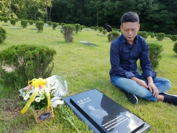 李康生專程探望前往老友金智奭的墓園。圖/摘自臉書
