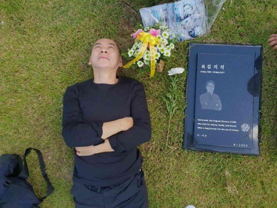 蔡明亮專程探望前往老友金智奭的墓園。圖/摘自臉書