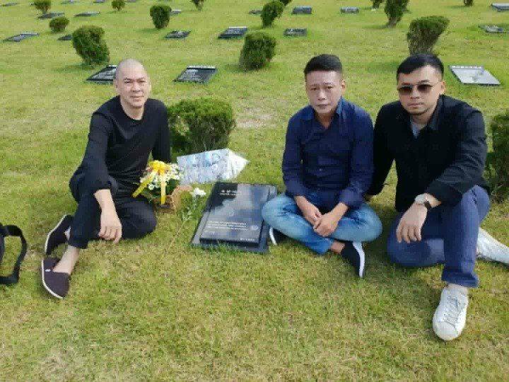 蔡明亮(左起)、李康生及製片王雲霖專程探望前往老友金智奭的墓園。圖/摘自臉書