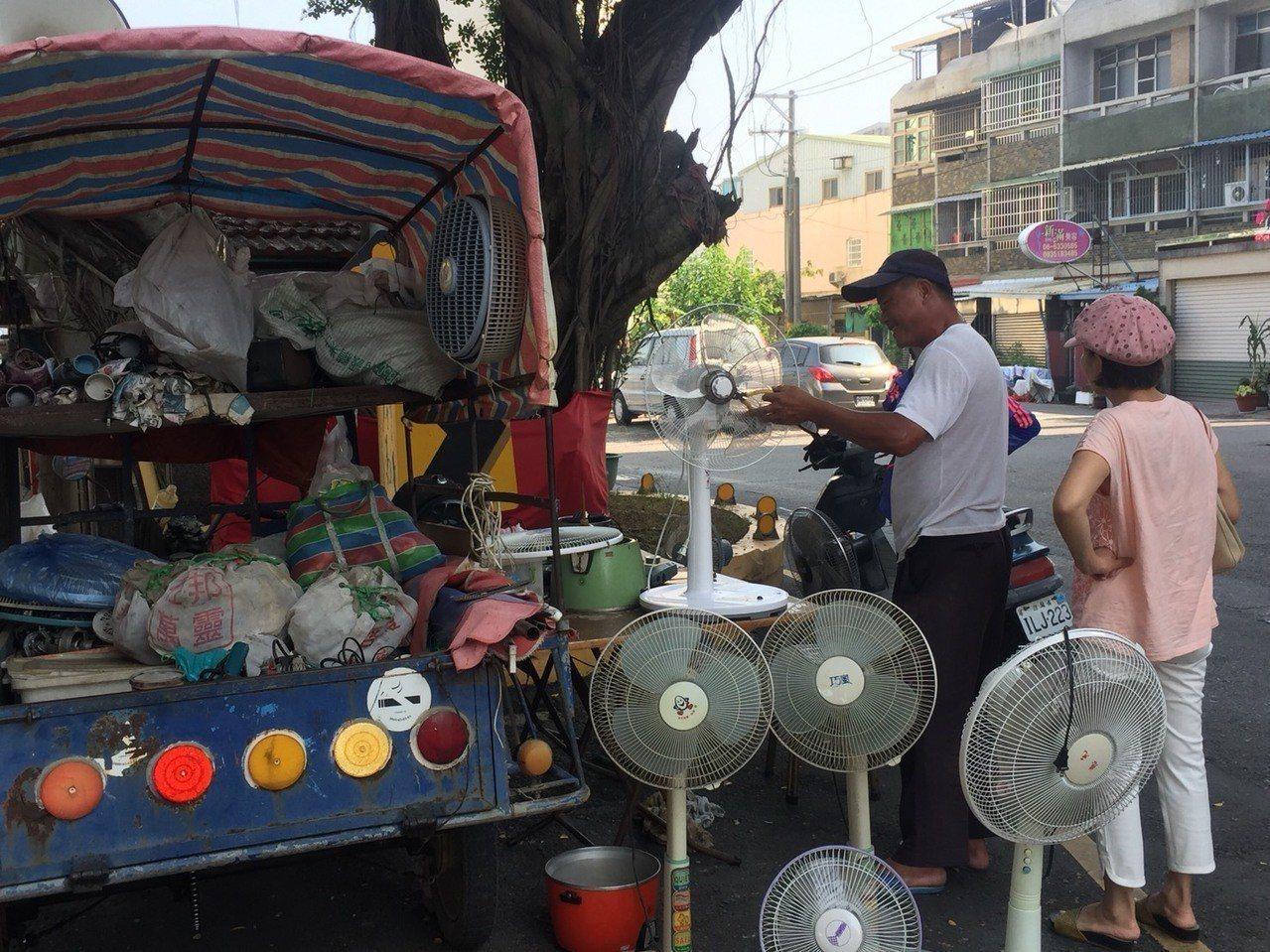 洪山泉的「行動修理電器三輪車」生意很好,受到家庭主婦的歡迎。記者吳政修/攝影