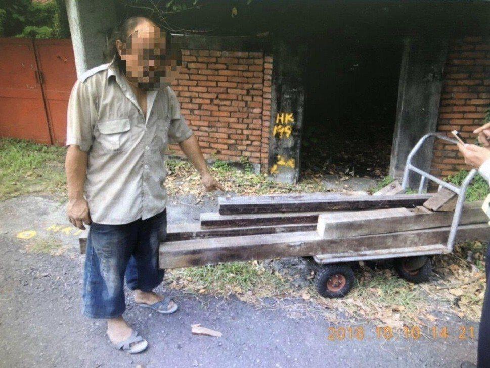 警方當場逮捕蔣嫌正在搬運偷鋸來的檜木。記者蔣繼平/翻攝