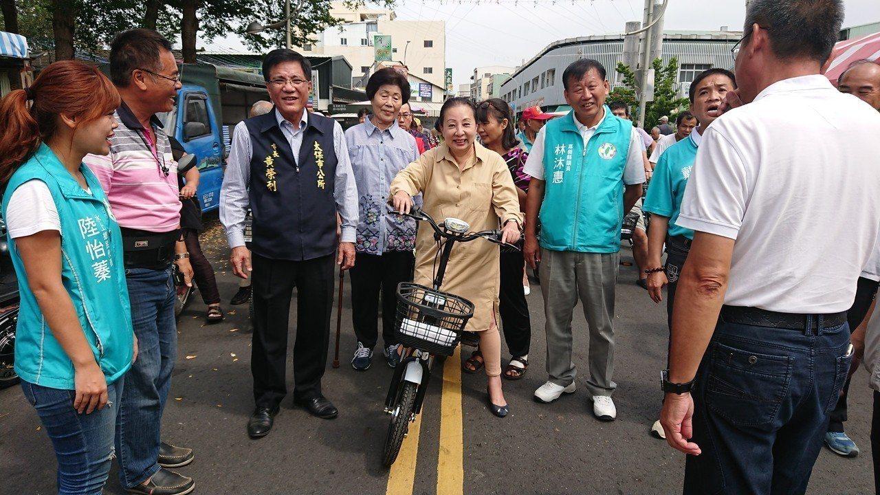 張花冠試騎電動自行車。記者卜敏正/攝影