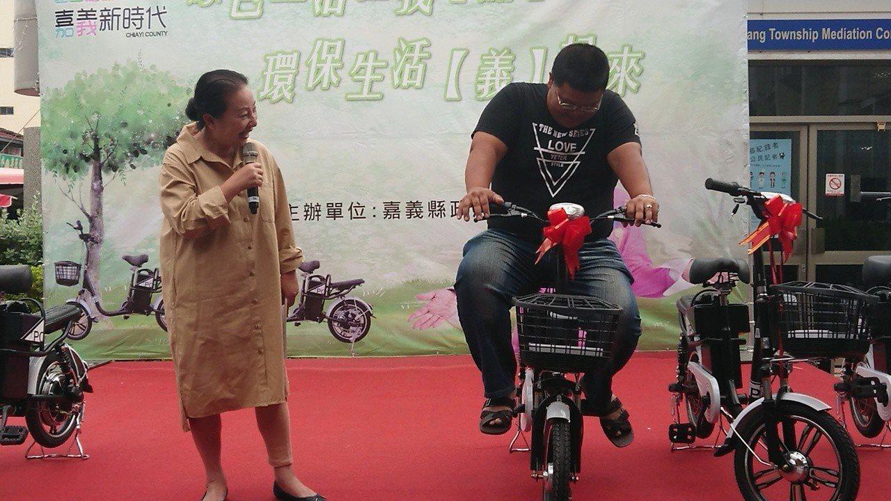 嘉縣長張花冠請132公斤鄰長熊嘉明上台試騎自行車。記者卜敏正/攝影