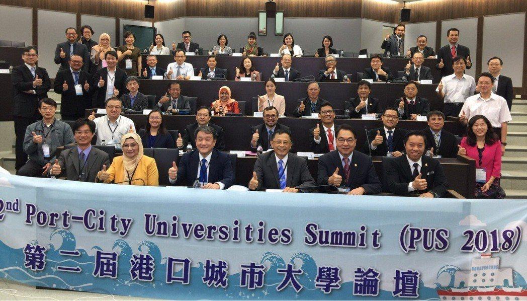 航港局於今(11)日偕國立臺灣海洋大學與印尼Sriwijaya大學簽署三方合作備...