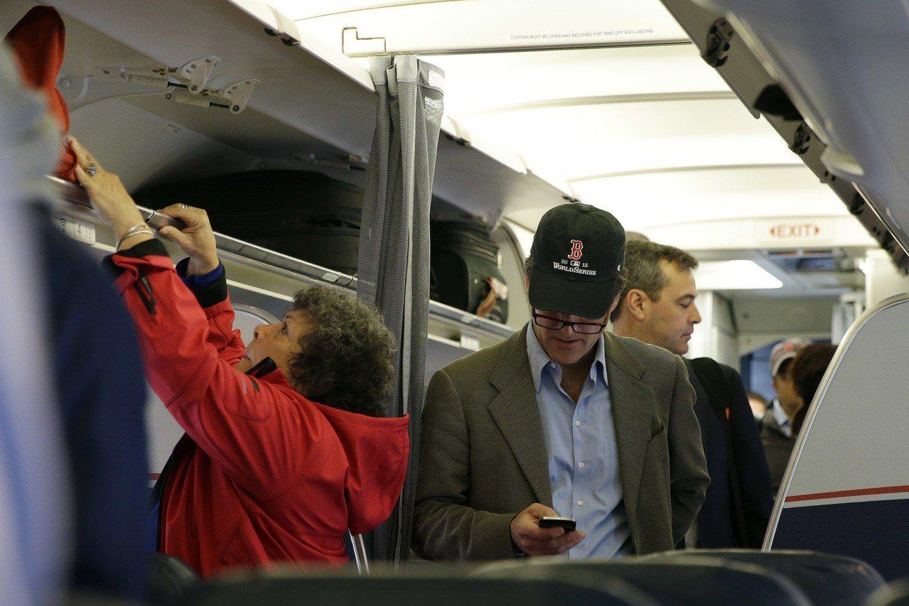 搭飛機要關手機的規定,其實和手機訊號會干擾飛機無關,而是狹小空間內數百人同時開講...