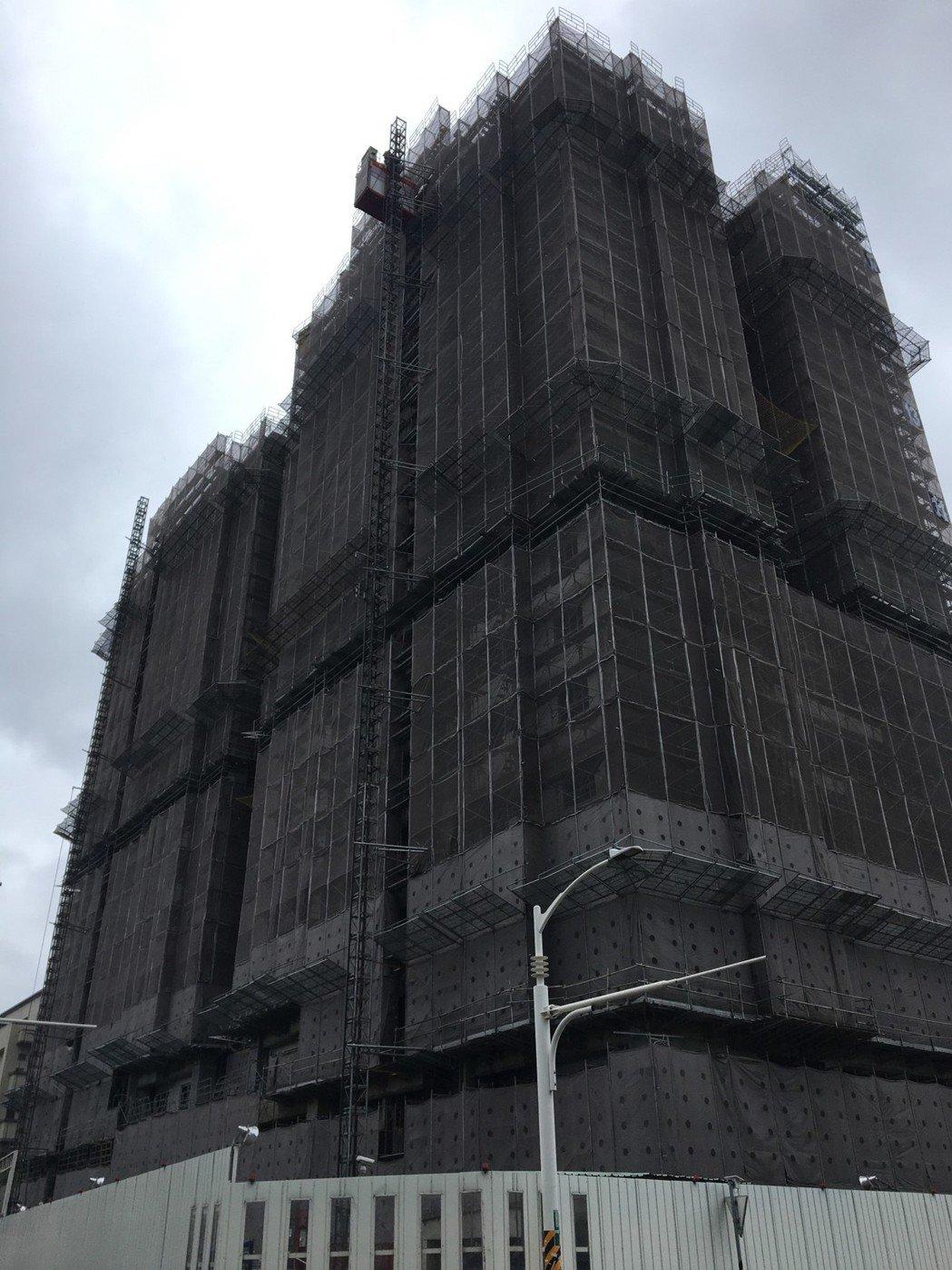 桃園第一間社會住宅「中路二號」將於明年初完工,市府今天亮相樣品屋並啟動線上720...