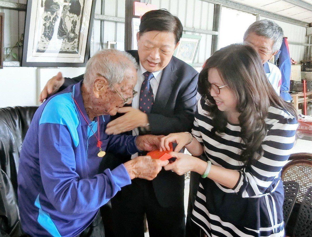 新營區今年剛屆滿百歲的游振坤(左一)。圖/台南市政府社會局提供