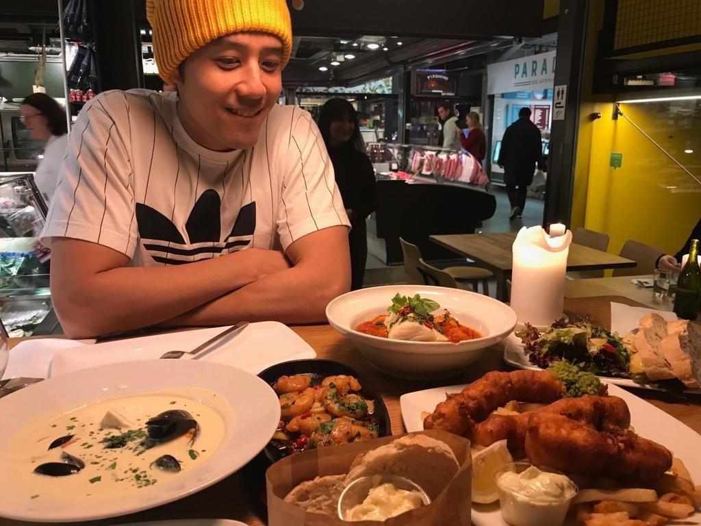 胡宇威在挪威吃海鮮  圖/寶麗來提供