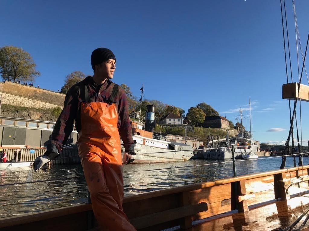 胡宇威在挪威拍新戲,自認漁夫裝很時尚  圖/寶麗來提供