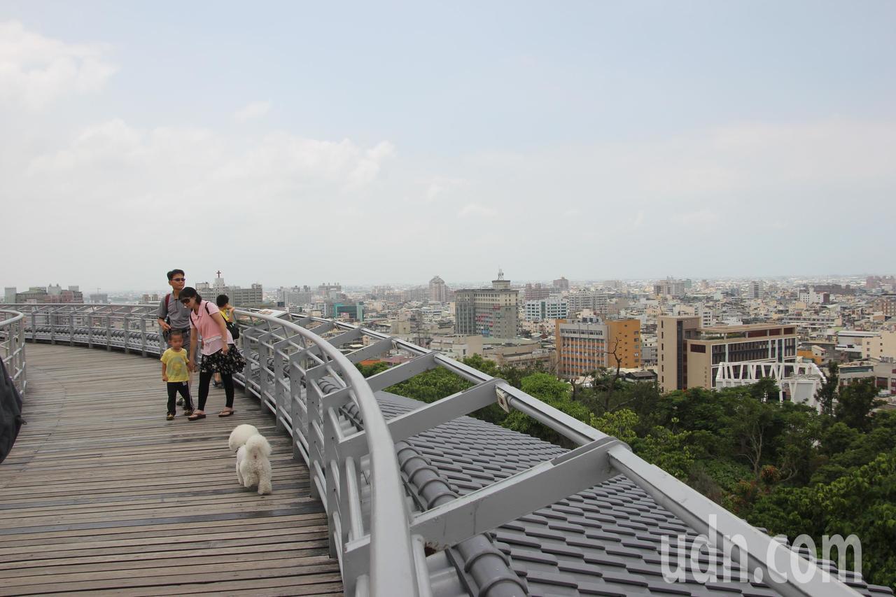從八卦山鳥瞰彰化市風景宜人,假日吸引遊客來踏青。記者林宛諭/攝影