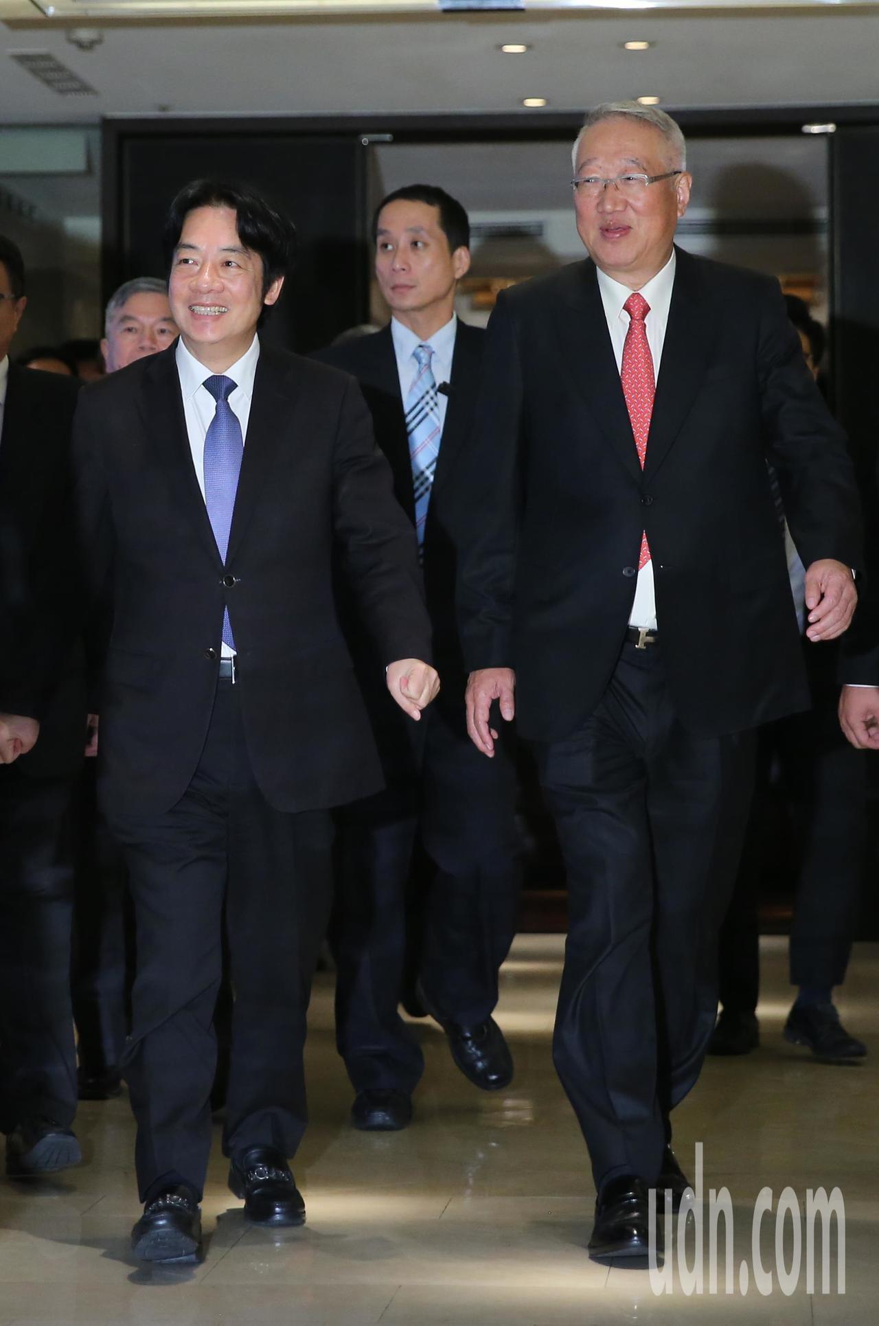 電電公會下午舉辦70週年慶祝大會,理事長郭台強(右)邀請行政院長賴清德(左)出席...