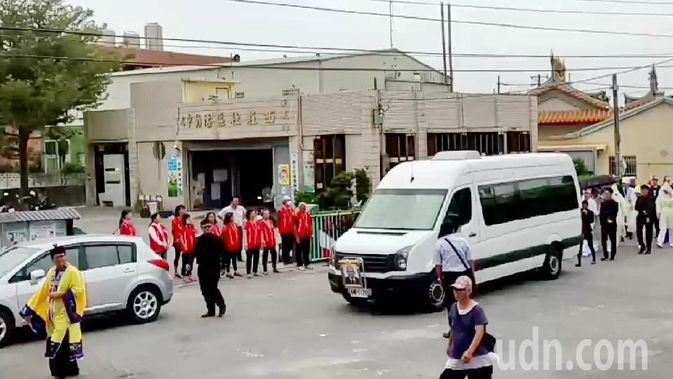 「茂男伯」的出殯行列專程繞到長青食堂,讓老人家一圓遺願,食堂志工在門前目送並口唸...