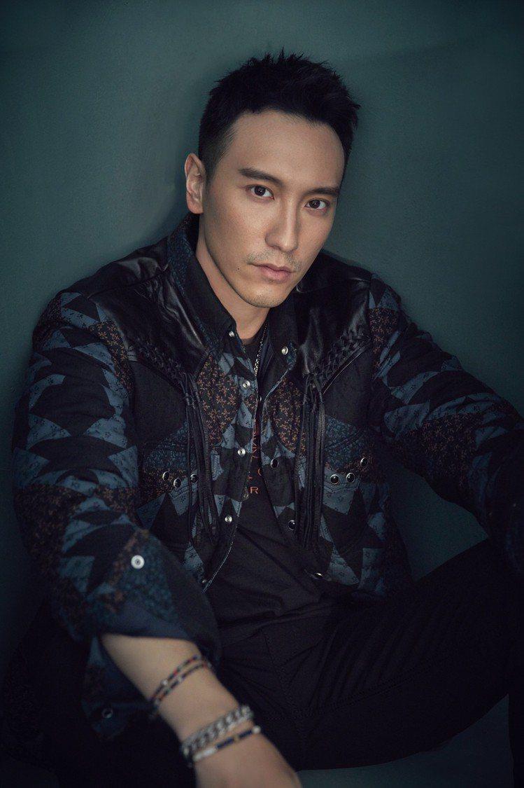 王陽明演繹絎縫拼接襯衫,售價35,800元。圖/COACH提供