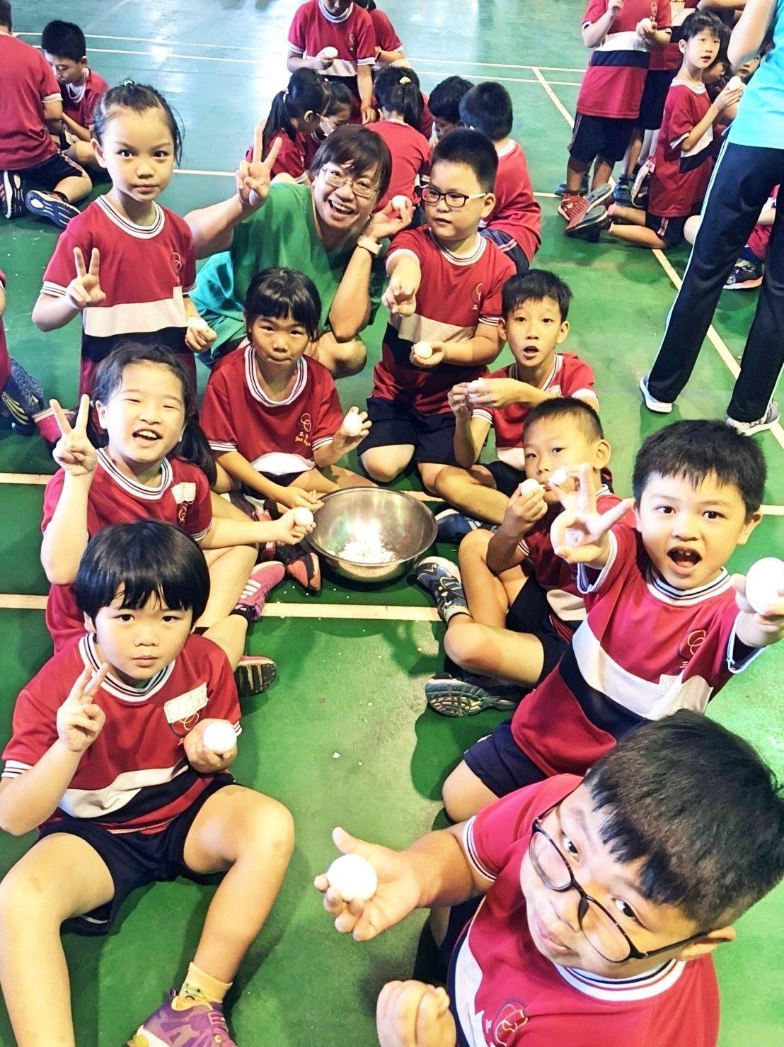 學生們當場剝殼享用水煮雞蛋。記者謝恩得/翻攝