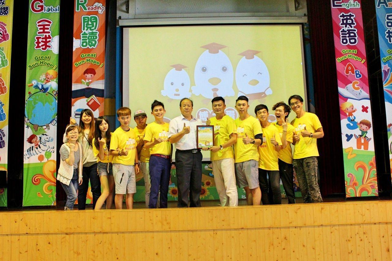 三和國小校長蔡明昇(左七)感謝博士蛋公司總經理黃力偉(左八)率團隊到校。記者謝恩...