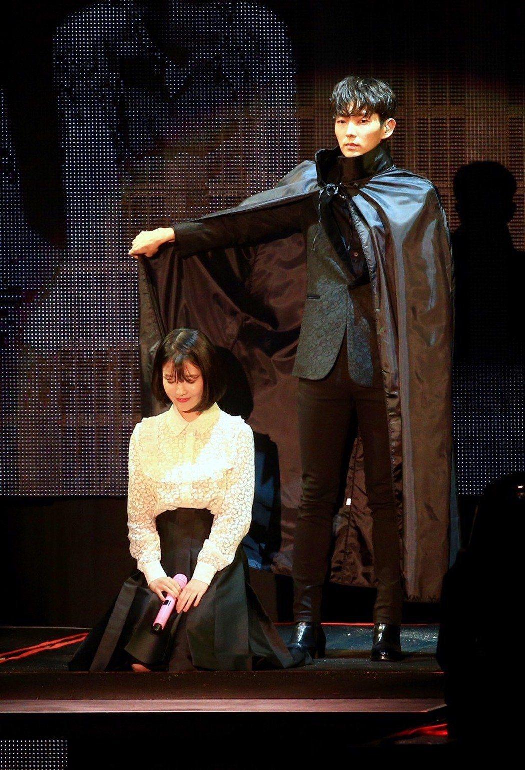 IU去年年初於台北舉辦粉絲見面會時,李準基驚喜現身重現「四爺幫解樹擋雨」的經典橋