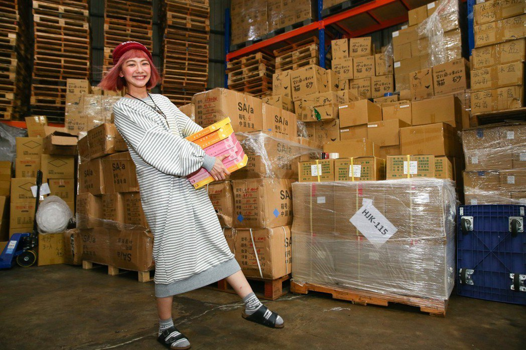 邵庭的倉庫很大,內容物琳瑯滿目。記者王騰毅/攝影