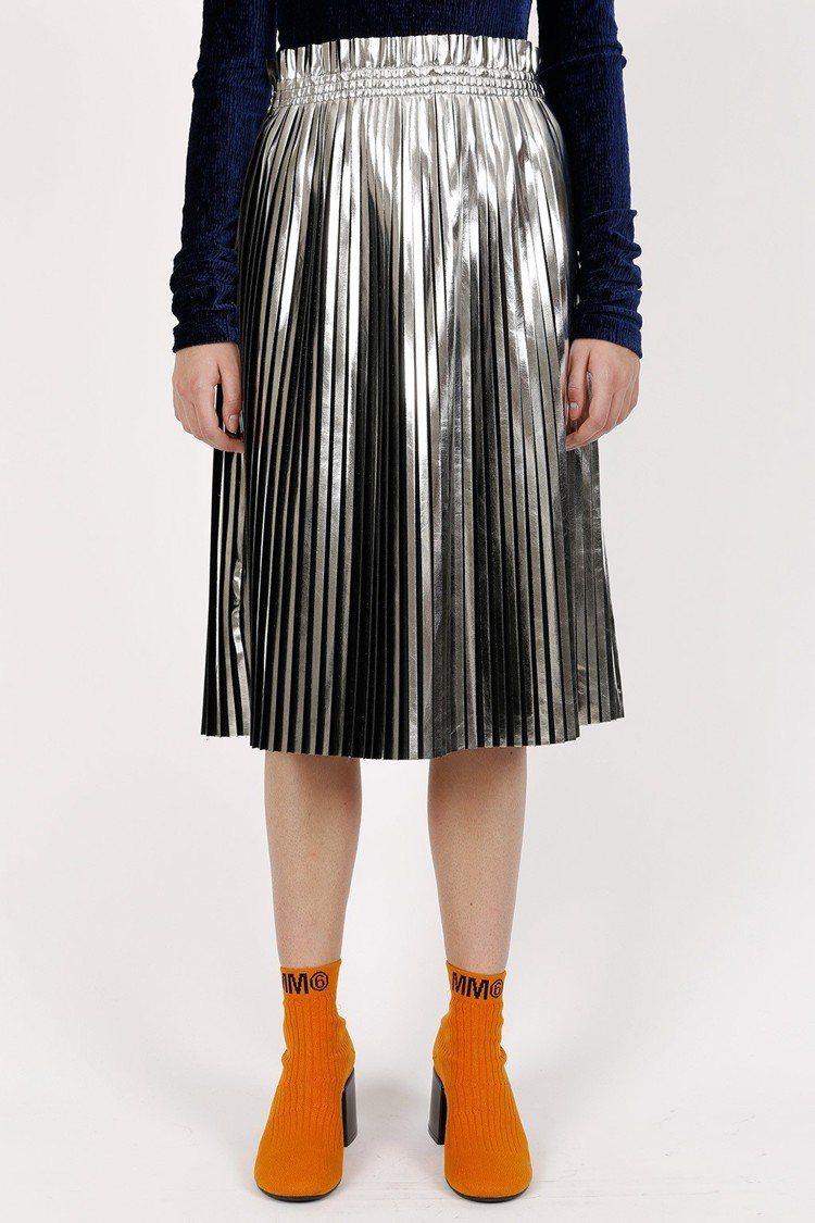 MM6銀箔百褶裙,售價33,800元。圖/BREEZE COUTURE提供