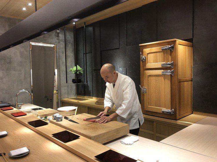 新光三越信義A9七樓的初魚料亭,26坪大小僅提供21席,是A9坪效最高的新餐廳。...
