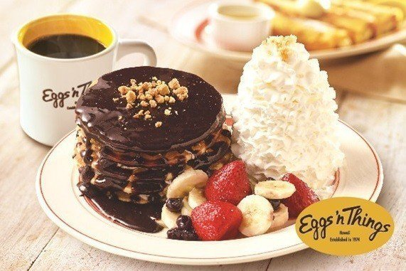 Eggs'n Things為微風松高周年慶,推出台灣限定黑森林火山鮮奶油鬆餅。圖...