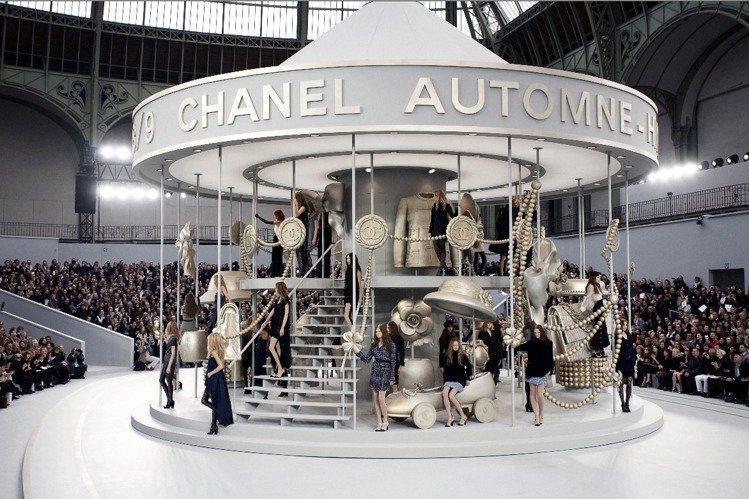 2008秋冬系列,巴黎大皇宮裡出現旋轉木馬。圖/香奈兒提供