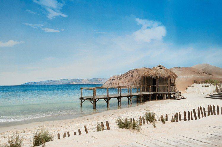 香奈兒日前在巴黎大皇宮發表2019春夏時裝系列,室內海灘不但有真的白沙、海邊草屋...
