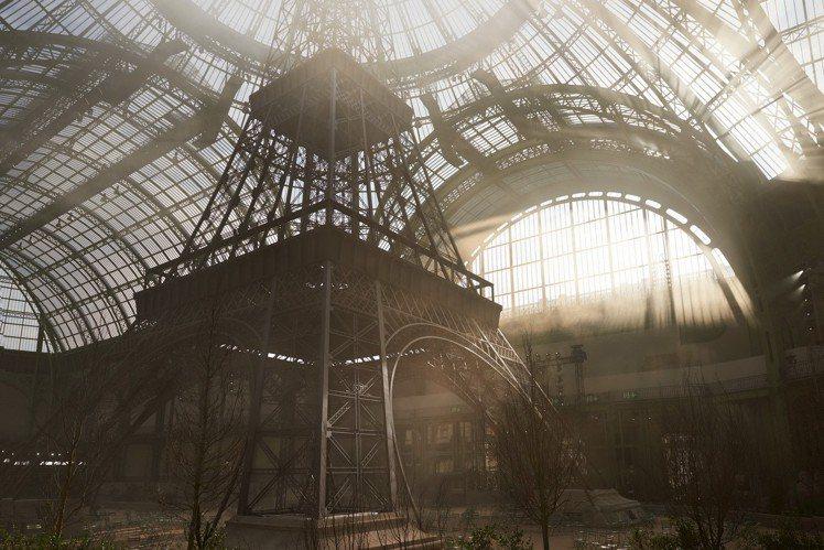 2017秋冬高級訂製大秀把巴黎鐵塔帶進巴黎大皇宮。圖/香奈兒提供