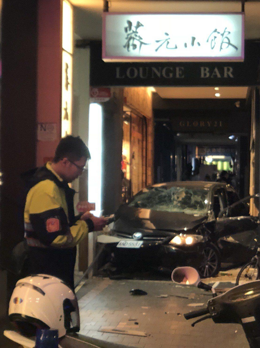 謝姓男子駕駛黑色轎車先撞上藍色資源回收車再撞入騎樓,造成三死。記者李承穎/攝影