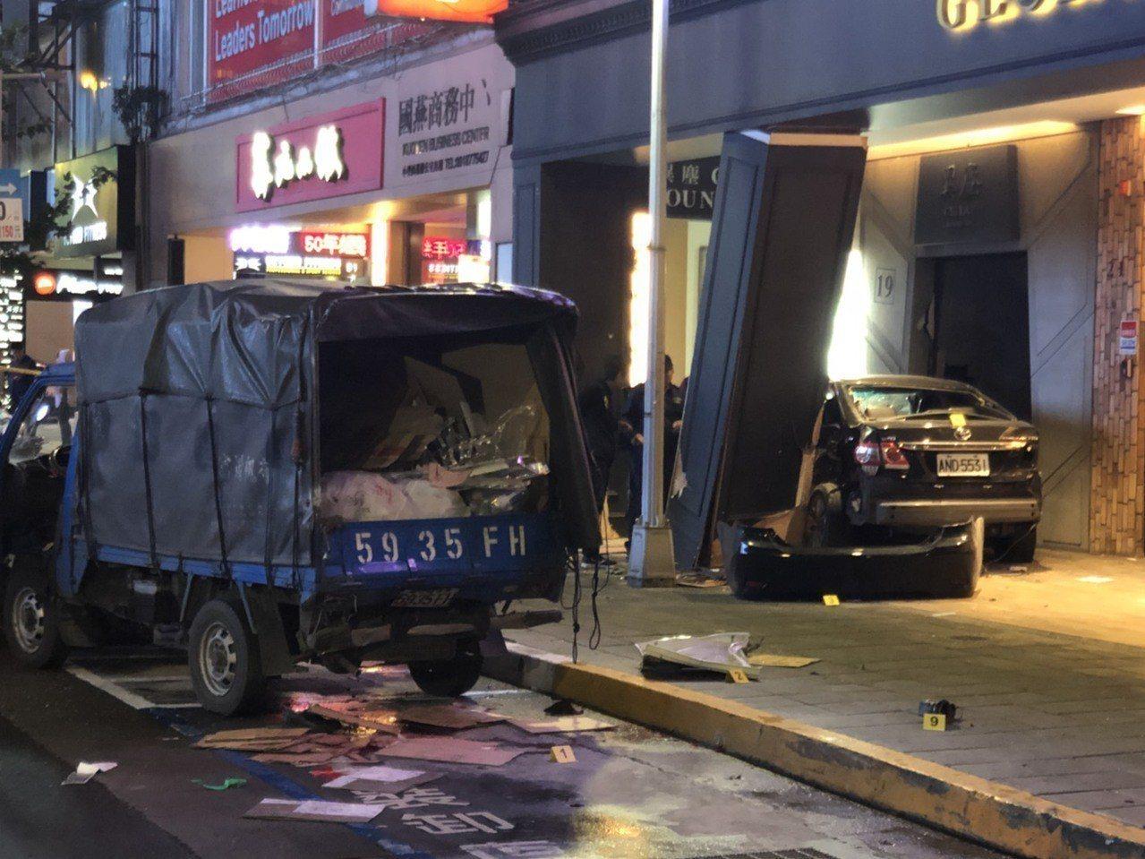 謝姓男子駕駛黑色轎車先撞上藍色資源回收車(左)再撞入騎樓,造成三死。記者李承穎/...