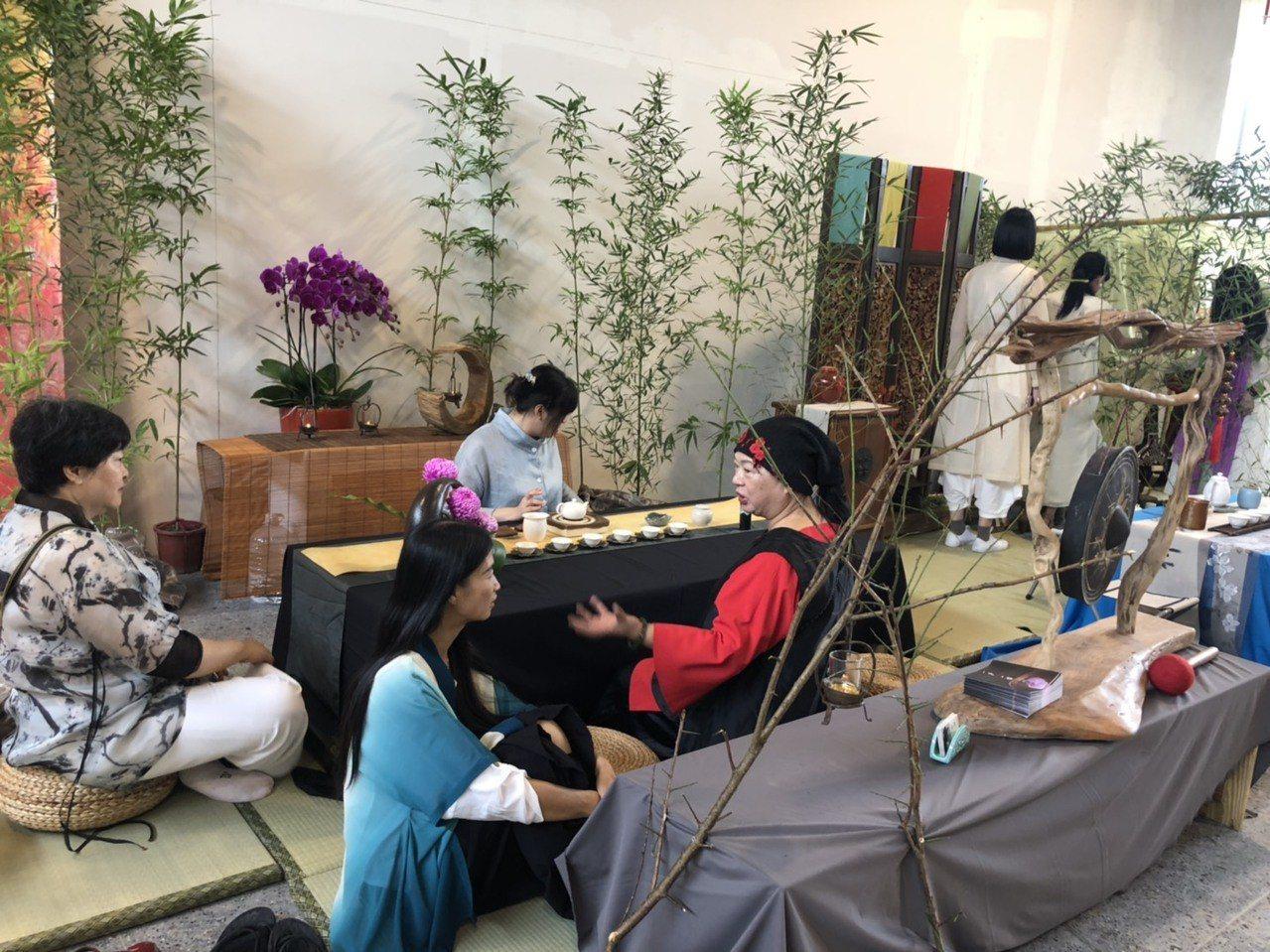 南投旅遊美食茶展邀請書法家扮演竹林七賢,吸引觀光客深度體驗南投的茶文化。圖/南投...