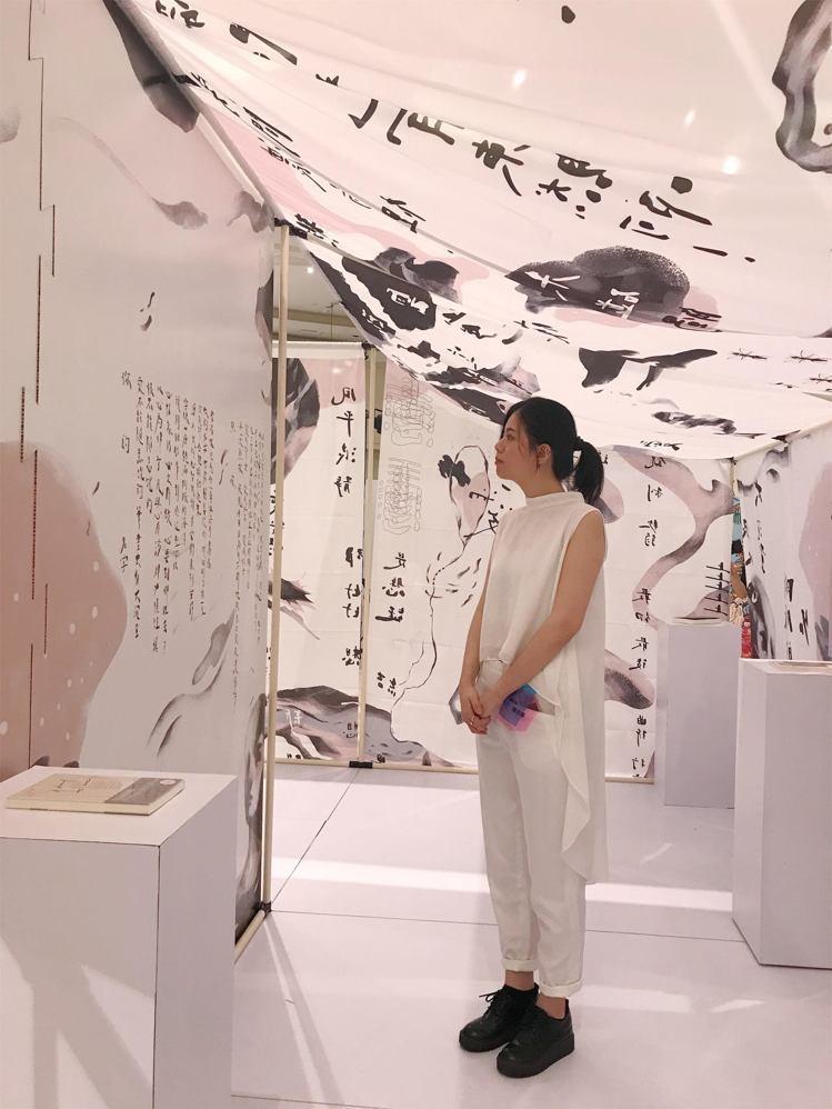 多媒體導演插畫家陳青琳,結合了詩人林婉瑜的五首選詩的畫與話語的創作。記者江佩君/...