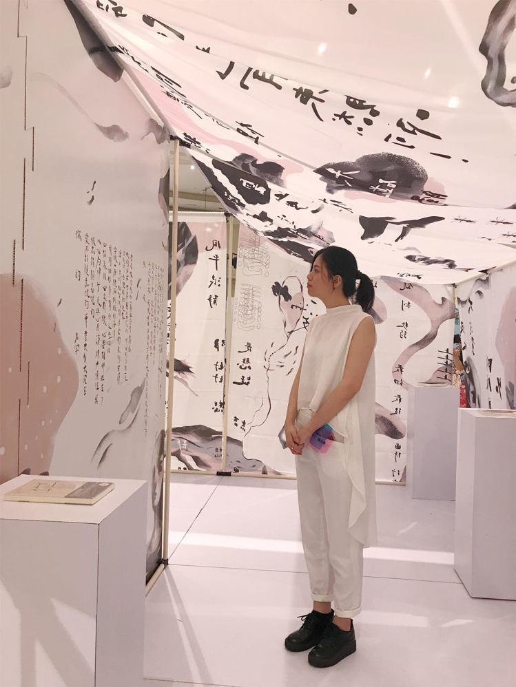 多媒體導演插畫家陳青琳,結合了詩人林婉瑜的五首選詩的畫與話語的創作。圖/記者江佩...