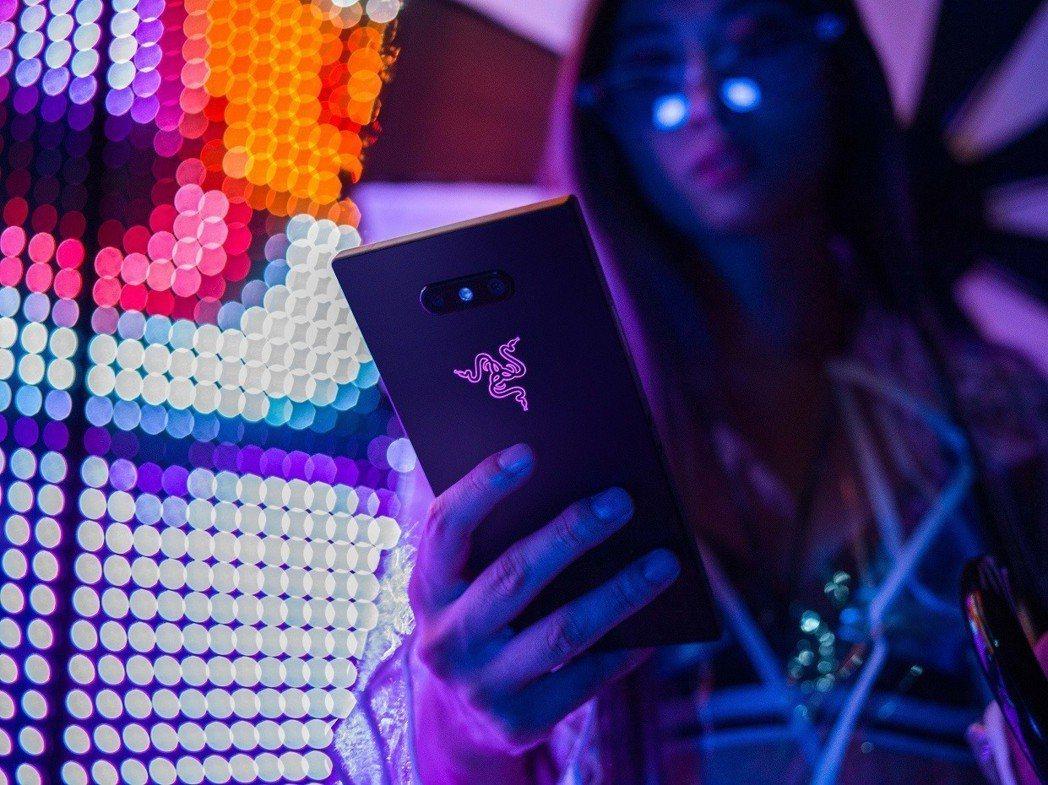 Razer Phone 2機身背面的Razer三頭蛇標誌上搭配了1,680 萬種...