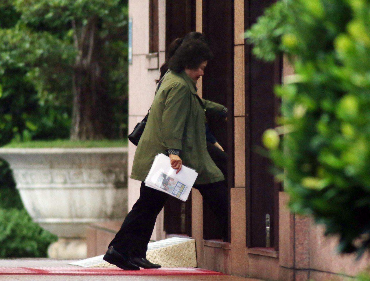 本報記者捕捉到總統府秘書長陳菊在傍晚接近5時進入行政院。從照片也可以看到,陳菊拿...