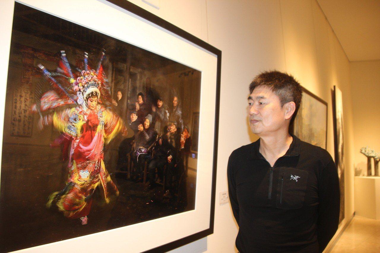 攝影類全興獎得主詹益宗的「粉墨登場」作品是在大陸四川一個光線昏暗的老茶館拍的,喧...