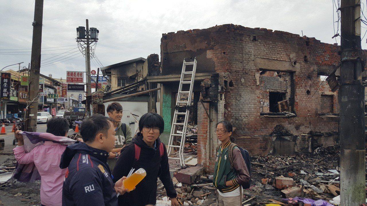 施工單位今天持續清理災後現場,市場周遭數十年來不斷增建的鐵皮及各種建築結構殘骸清...
