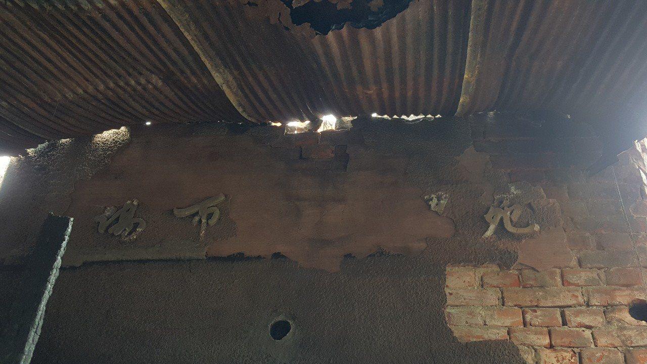 苑裡市場原有入口處上方的字樣,原本被增建的結構物遮掩。記者胡蓬生/攝影