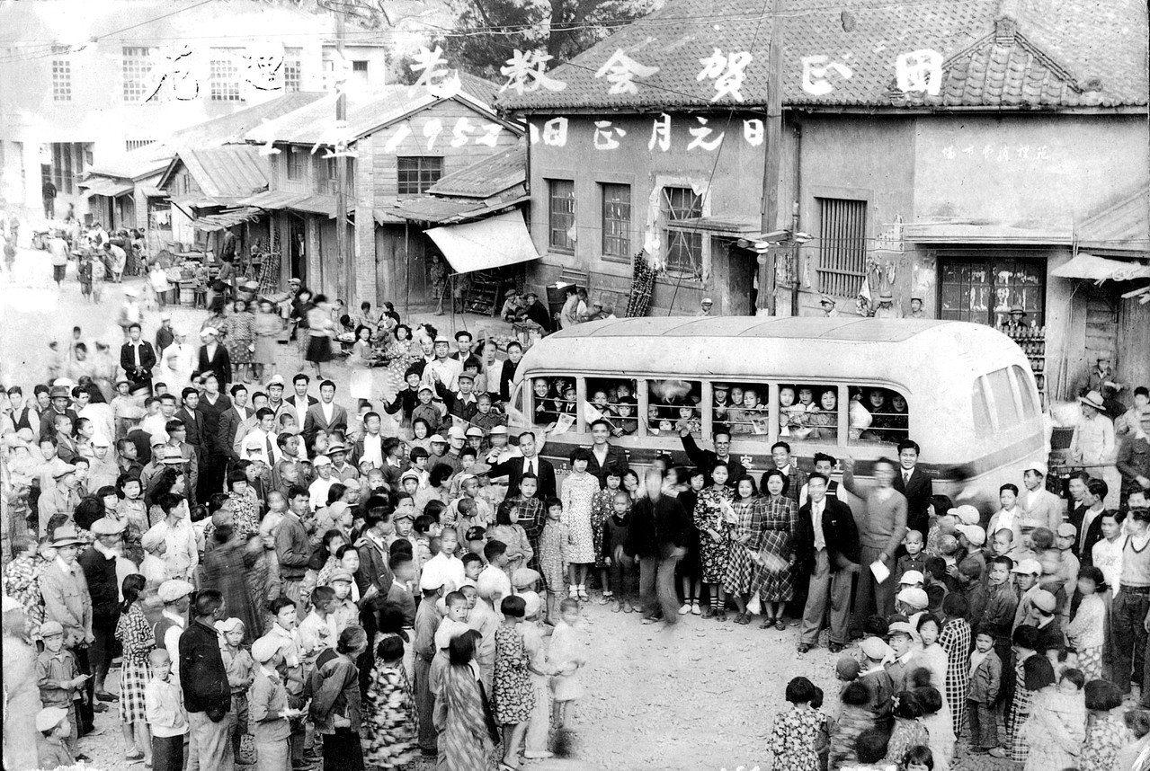 苗栗縣苑裡鎮「青年照相館」保存有苑裡市場在1952年拍攝的老照片,呈現市場的早年...