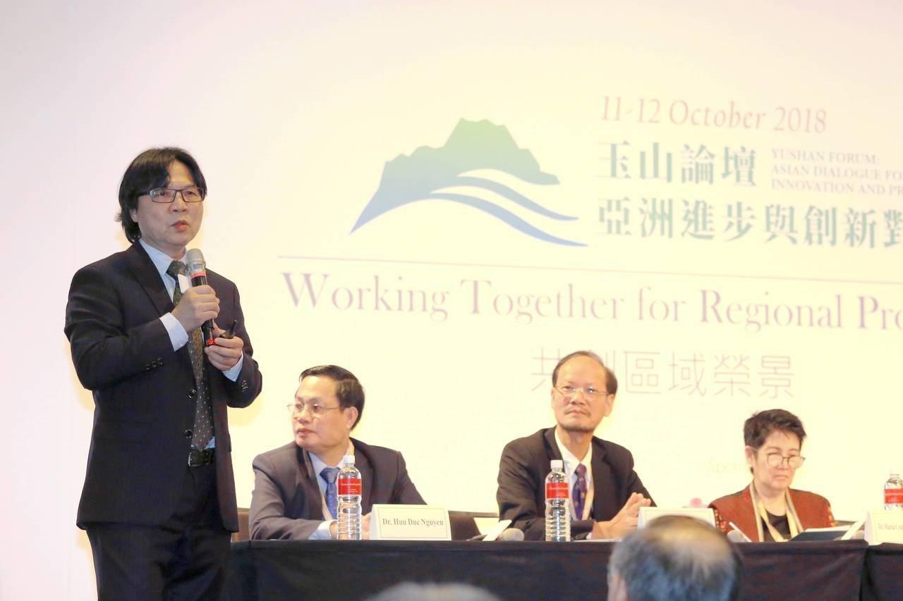 教育部長葉俊榮(左一)昨在玉山論壇說明「願景2030」計畫。圖/教育部提供