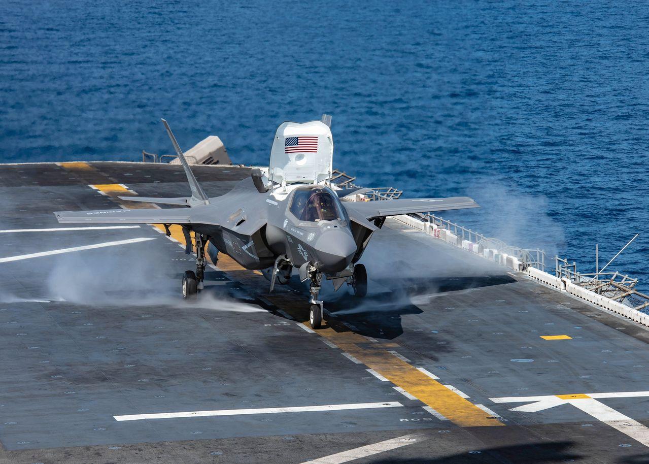 美軍宣布全面停飛F-35戰機,圖為美國海軍兩棲攻擊艦艾薩克斯號上的一架F-35B...