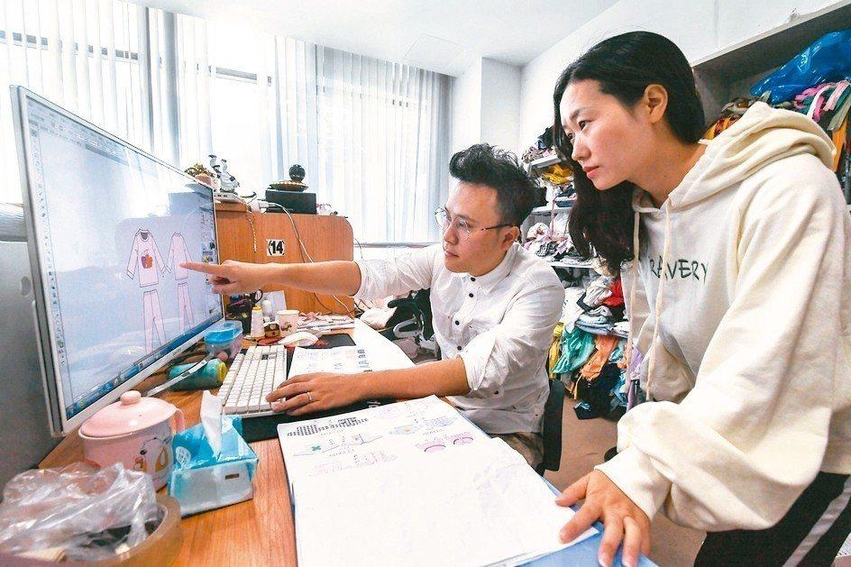 圖為織裏童裝設計中心,來自香港的設計師呂宇洲(左)在工作室內,與同事討論新款童裝...