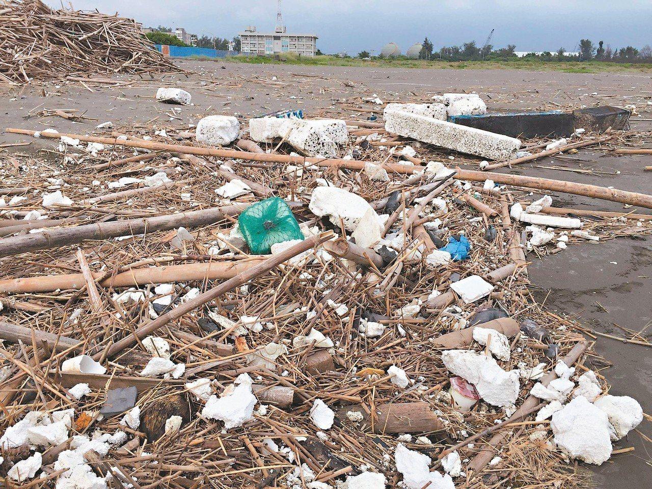 養蚵的廢棄保麗龍造成沿岸滿目瘡痍。 圖/台南社大提供