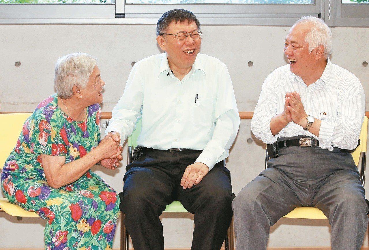 台北市長柯文哲(中)昨天出席大安老人服務暨日間照顧中心開幕,與銀髮族開心互動。 ...